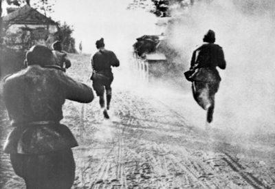 sovetskaya-pexota-pri-podderzhke-tankov-vedet-boj-za-belgorod